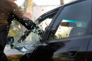 Elektrėnuose siautėjo girtas šauktinis: išdaužė mašinos langą, sužalojo nepilnametę