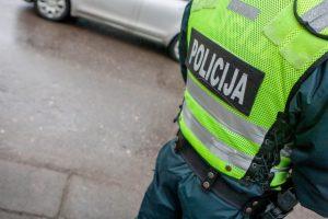 Policininkai siūlomu šampano buteliu nesusigundė