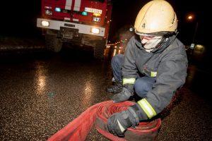Kaune sudegė automobilyje įrengtas kioskas, gesinant nukentėjo ugniagesys