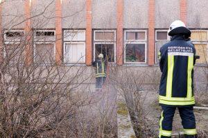 Per plauką nuo tragedijos: nuo irstančio pastato pakibo betono luitas