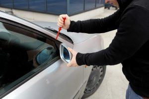 Kalėdų naktį Panevėžyje suniokota beveik 30 automobilių