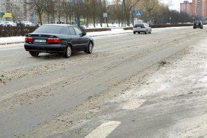 Kelininkai įspėja: rytų Lietuvoje yra slidžių ruožų, vakarų dalyje – rūkas