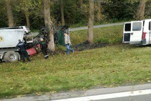 Kraupioje avarijoje karštas asfaltas apdegino du žmones
