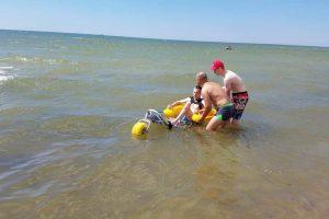 Maudynėmis jūroje mėgaujasi ir neįgalieji
