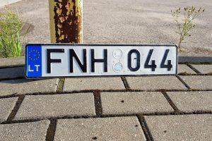 Kaune vairuotojai ieško valstybinių numerių