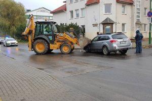 """Klaipėdoje traktorius taranavo """"Subaru"""""""