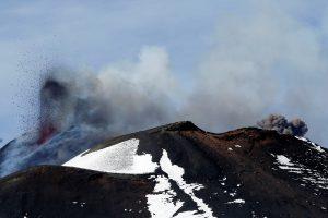 Kamčiatkoje išsiveržęs Bevardis ugnikalnis kelia pavojų aviacijai