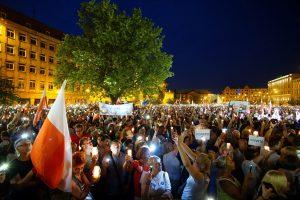 Lenkijoje tūkstančiai žmonių protestavo prieš teismų reformą