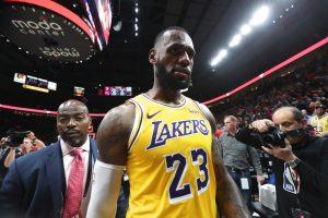 """Nepaisant galingo pasirodymo, LeBrono era """"Lakers"""" prasidėjo pralaimėjimu"""