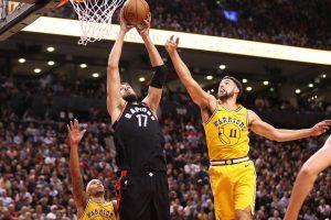 """J. Valančiūnas rodė raumenis, o """"Raptors"""" po pratęsimo nukovė NBA čempionus"""