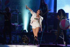 """D. Lovato teisina savo atvirą """"Cosmopolitan"""" viršelio nuotrauką"""