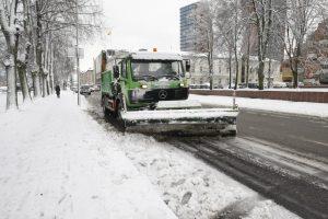Sniegas vėl kelia problemų vairuotojams