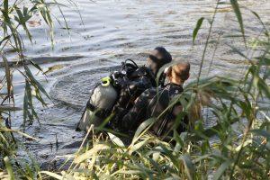 Narai ieško iš laivo į upę įkritusio žvejo