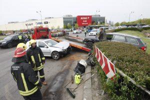 Į žiedinės sankryžos gaudyklę įlėkė automobilis