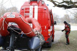 Ugniagesiai padėjo per apsemtą ruožą Rusnėje perkelti ligonę