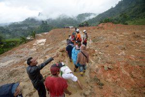 Indonezijoje ieškoma po pražūtingos nuošliaužos gyvų išlikusių žmonių