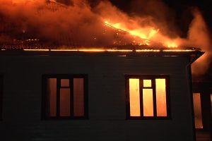 Biržuose girta dukra su draugu padegė motinos namus