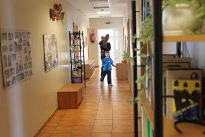 Siekis – atsisakyti institucinių vaikų globos namų