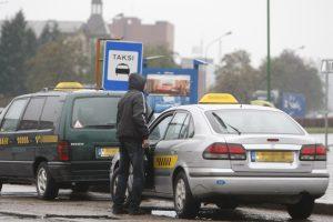 Du girti vyrai iš taksisto atėmė automobilį
