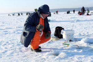 Kuršių marių ledą okupuoja žvejai