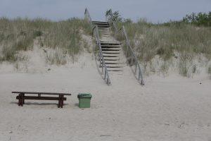 Remontuos medinius paplūdimio laiptus