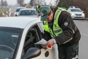 Girti vairuotojai blaivėjo areštinėje