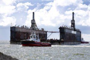 Plaukiojantis dokas uoste kol kas stovi be darbo