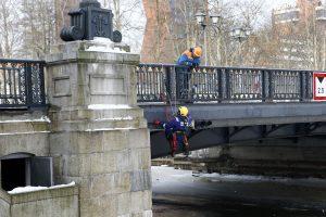 Biržos tiltas nušvis mėlynai