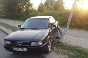 """Liepų gatvėje """"Audi"""" automobilis rėžėsi į stulpą"""