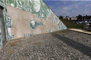 Skandalą sukėlęs grafitis nyksta