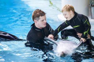 Delfinai sergantiems vaikams padeda bendraudami