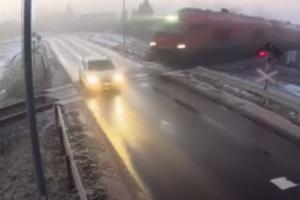 Kretingoje traukinys susidūrė su automobiliu: vairuotoja tik per plauką liko gyva
