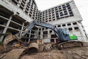 """Ilgai laukta akimirka: griaunamas apleistas """"Respublikos"""" viešbutis"""