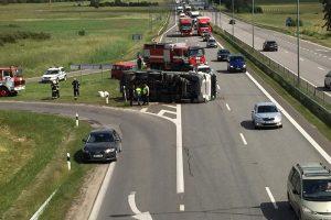 Autostradoje prie Rumšiškių apvirto šiukšliavėžė: nukentėjo du žmonės