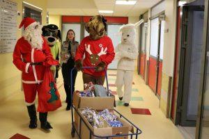 Kalėdų Senelis, briedis ir zuikis keliavo lankyti mažųjų ligonių