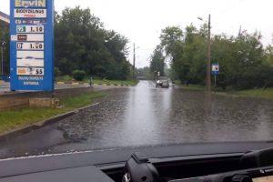 Vilniuje dėl liūties vėl nepravažiuojamos gatvės
