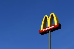 """""""McDonald's"""" vasaros sezonui ieško 100 darbuotojų"""