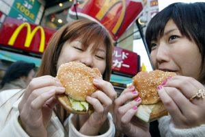 """""""McDonald's"""" nemokamai išdalytas padažas internete parduodamas už tūkstančius dolerių"""