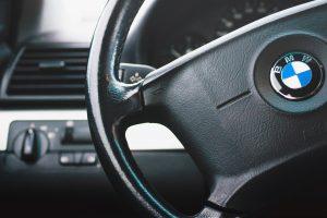 Girtutėlė BMW vairuotoja apdaužė kitą automobilį