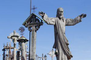 Aplinkosaugininkai tvarkė Kryžių kalno ir Talkšos ežero prieigas