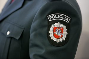 Neblaivi pataisos namų darbuotoja bandė papirkti policininką