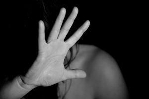 Uždaryti trys smurtautojai: du sumušė sugyventines, kitas – vaiką