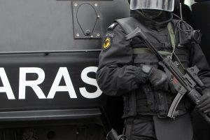"""Šalia Nemenčinės """"Aras"""" sulaikė 12 vyrų su ginklais ir rusiškais kombinezonais"""
