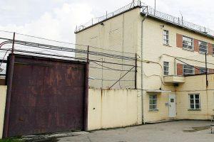 Pravieniškėse pareigūnai sulaikė asmenį, kaliniams gabenusį alkoholį
