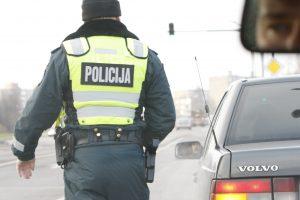 Neblaivūs vairuotojai toliau bruka kyšius policininkams