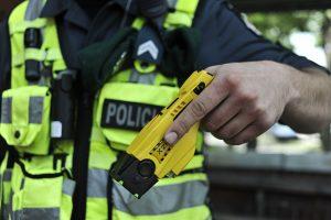 Siautėjantį girtą jaunuolį policijai teko tramdyti elektrošoku