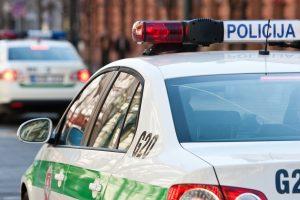 Viešai šlapinęsis vairuotojas nubaustas ir už pavojingą vairavimą