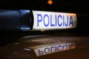 Girtas chuliganas daužė stotelės stiklus ir įspyrė policininkui