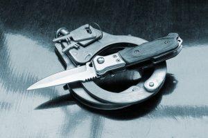 Pareigūnai nustatė įtariamuosius, kurie peiliu sužalojo vyrą