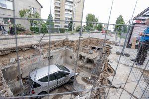 Kaune automobilis įkrito į šiluminę trasą